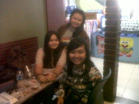 Dari kiri ke kanan: Sonia, Dea (berdiri), dan Olvie :D