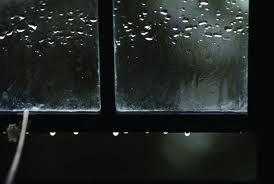 Kosen jendela di bawah hujan