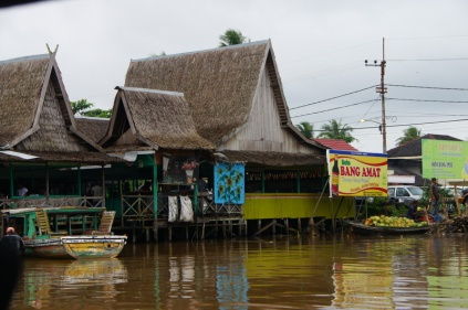 Rumah Makan ini di pinggran sungai Barito loh! :D
