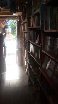 Toko bukunya di pinggir jalan... :)