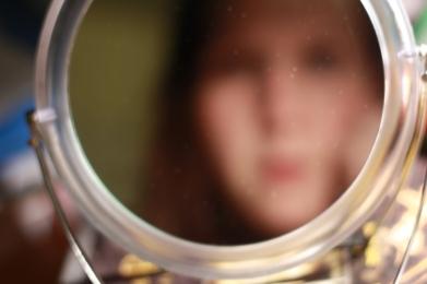 Menangis di depan cermin